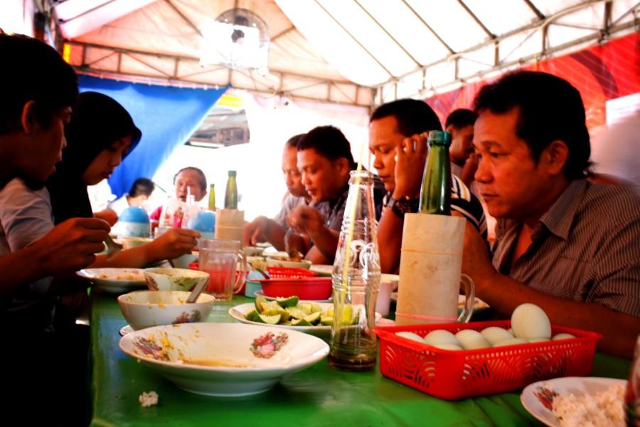 suasana pengunjung yang makan..